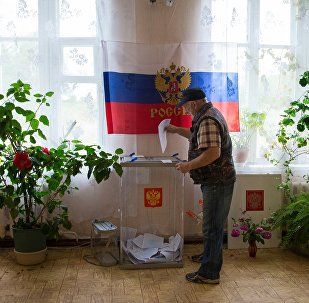 Избиратель во время голосования в России. Архивное фото
