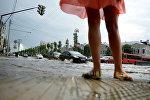 Девушка на одной из подтопленных улиц. Архивное фото