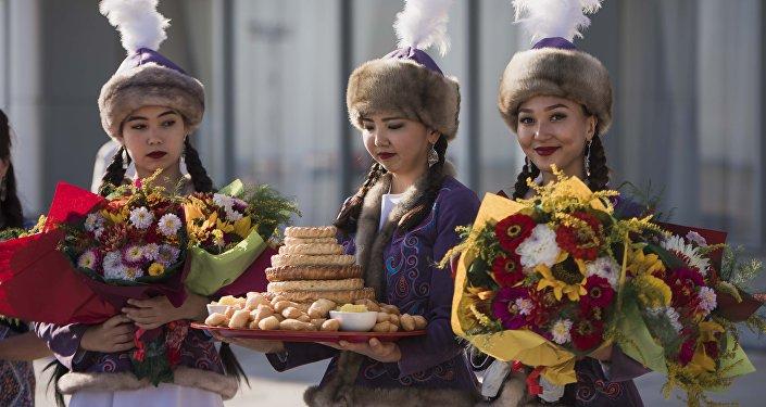 Девушки в национальных костюмах встречают гостей. Архивное фото