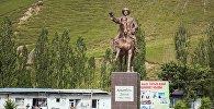 Статуя Алымбек-Датке в Алайском районе. Архивное фото