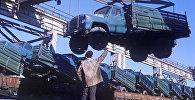 Фрунзенский автосборочный завод. Погрузка автосамосвалов марки ГАЗ-53Б. Архивное фото