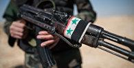 Боец Сирийской арабской армии с автоматом. Архивное фото