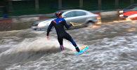 Водные виды спорта на улицах Москвы - как развлекаются россияне в непогоду