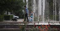 Мужчина возле фонтана в центре Бишкека. Архивное фото