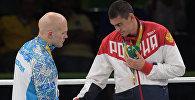 Призеры соревнований по боксу среди мужчин в весовой категории до 91 кг на церемонии награждения XXXI летних Олимпийских игр (слева направо): Василий Левит (Казахстан) - серебряная медаль, Евгений Тищенко (Россия) - золотая медаль.