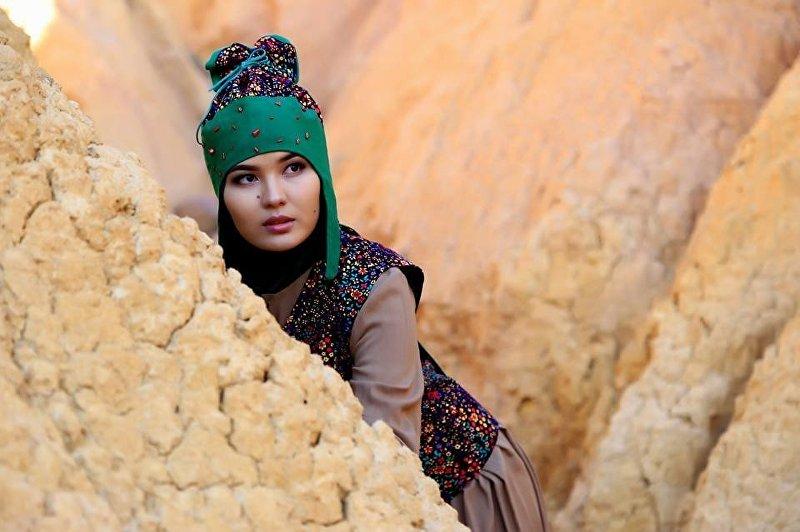 Девушка в кыргызской национальной этно-одежде кепкыя