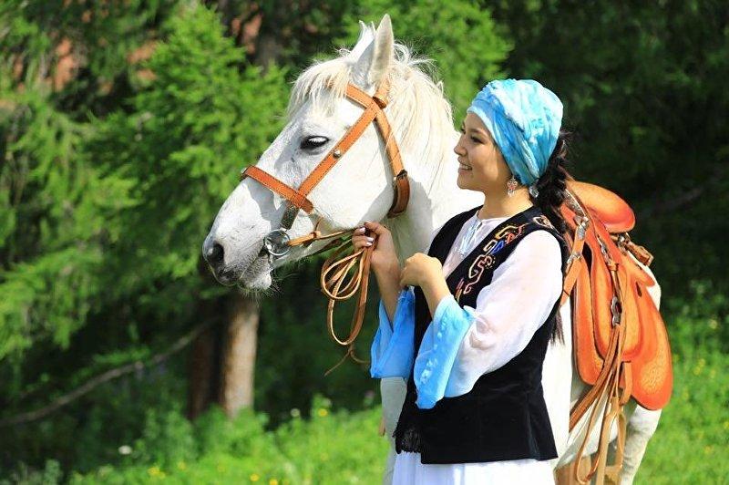 Девушка в кыргызской национальной этно-одежде Чиптама