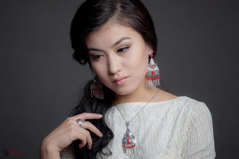 Девушка в кыргызской национальной этно-аксессуарах