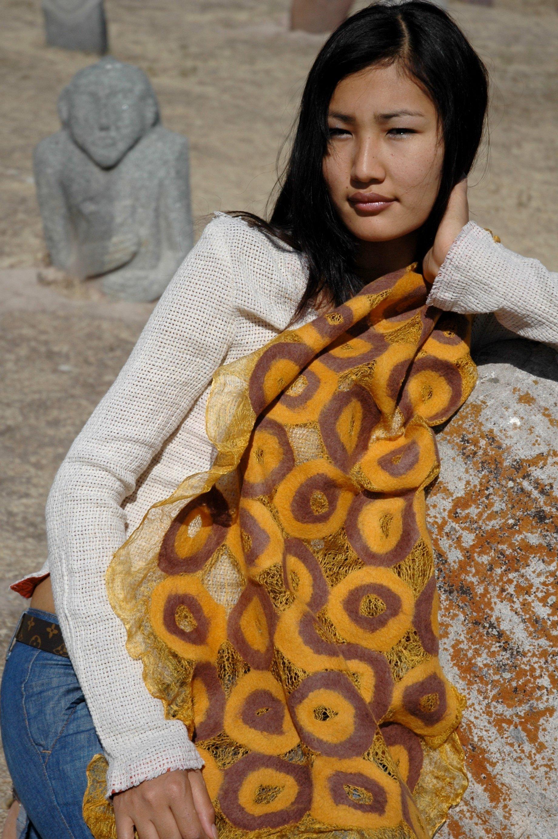 Девушка в кыргызском национальном этно-шарфу
