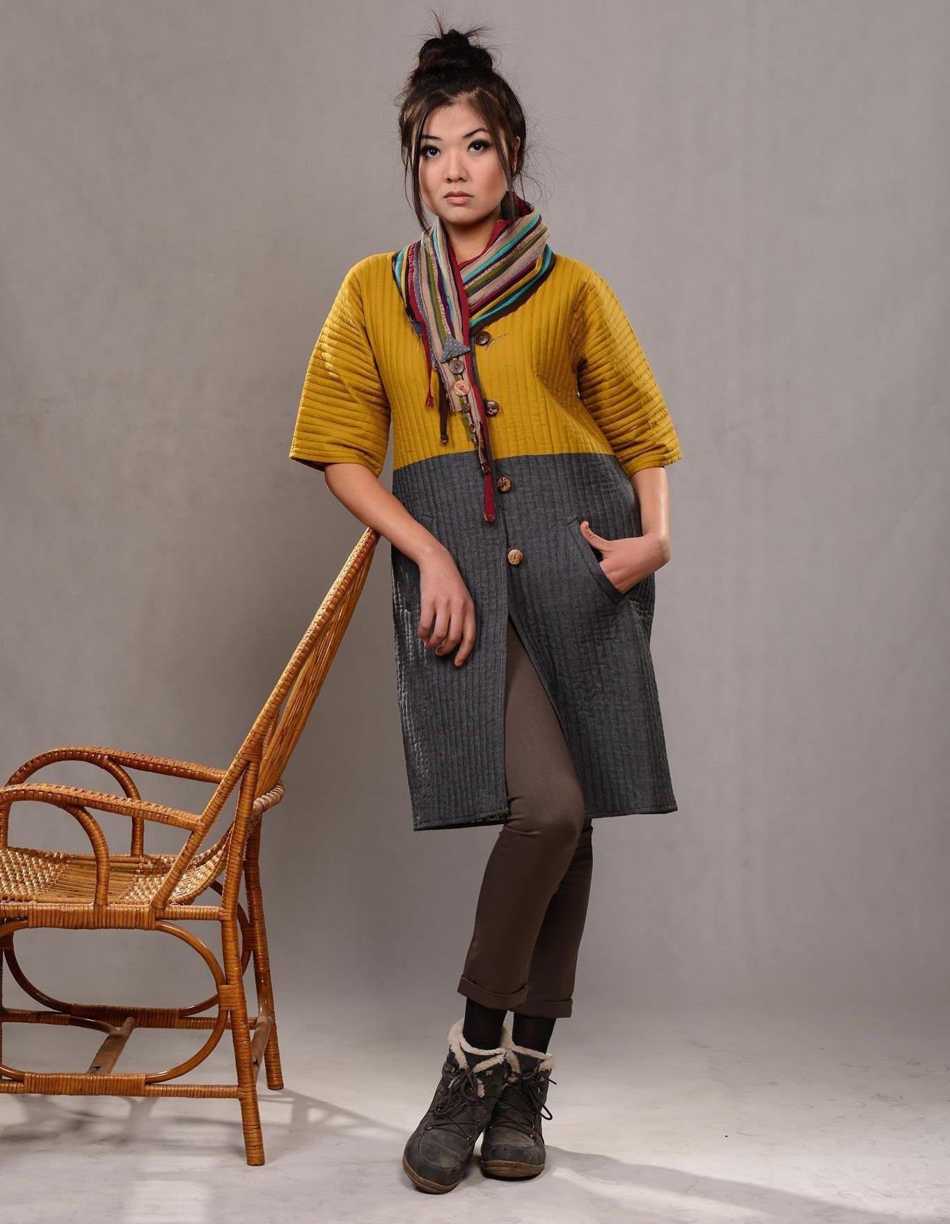 Девушка в кыргызской национальной этно-одежде чапан