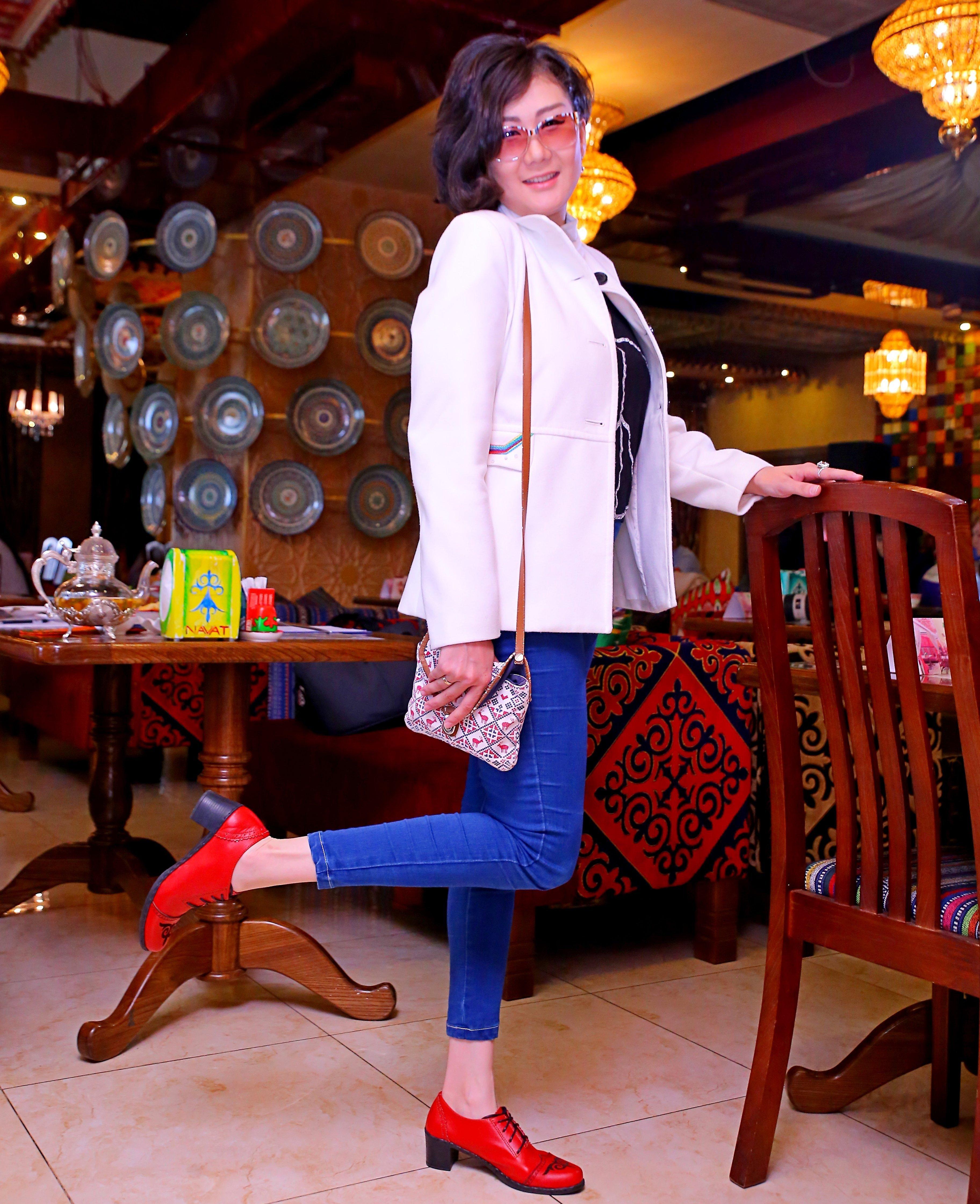 Девушка в кыргызской национальной этно-обуви