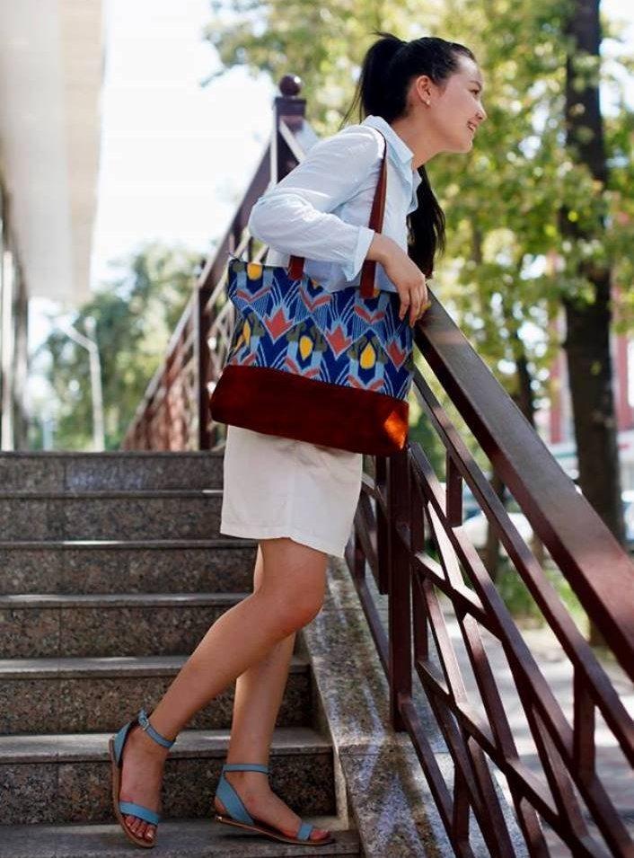 Девушка с кыргызской национальной этно-сумкой