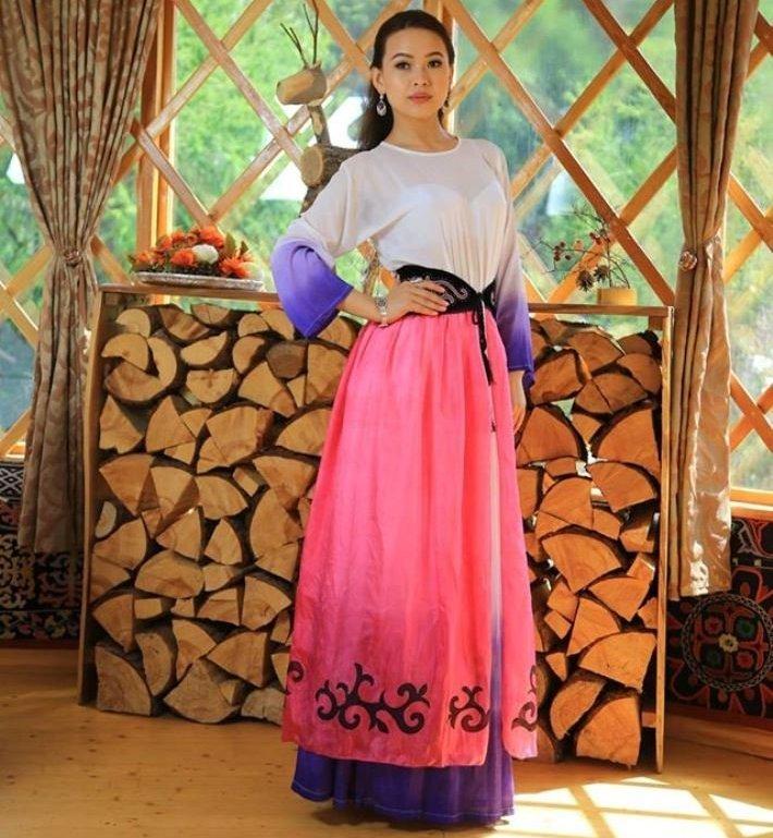 Девушка в кыргызской национальной этно-одежде