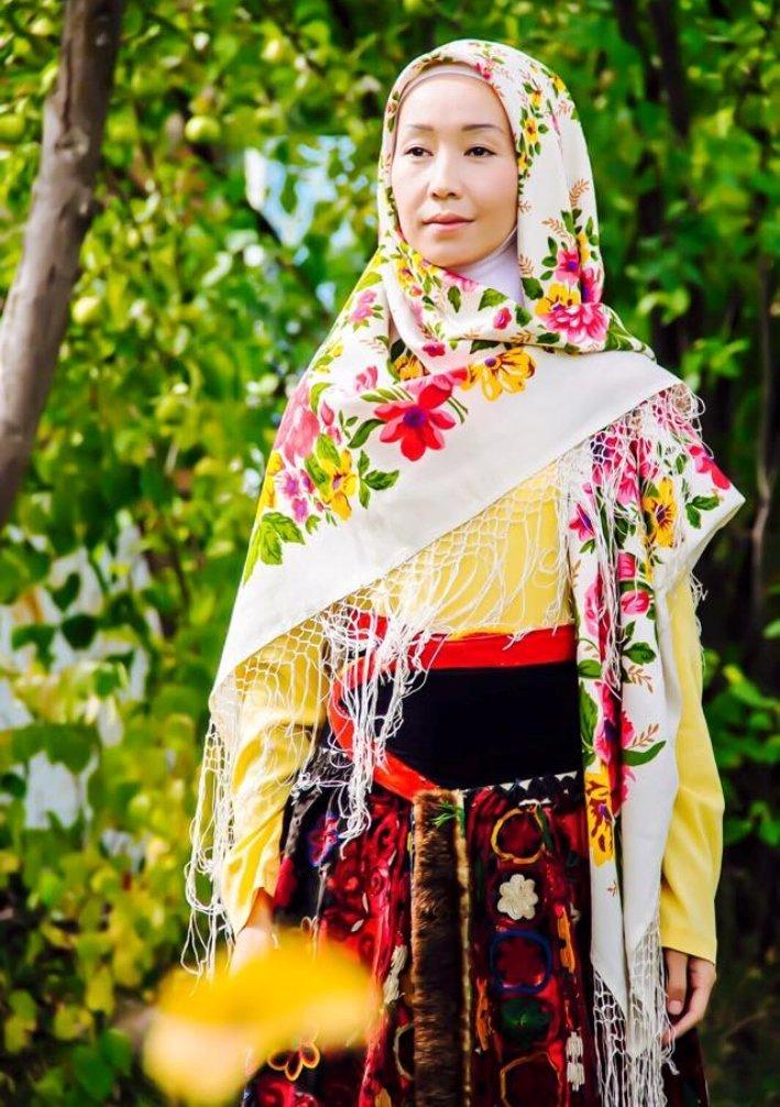 Девушка в кыргызской национальной этно-одежде белдемчи