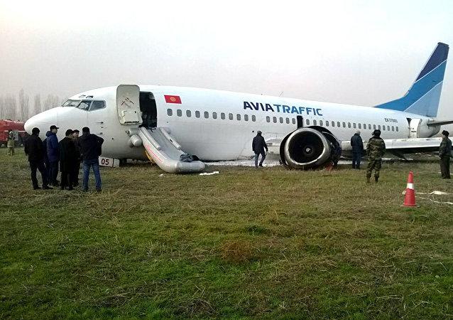 Самолет авикомпании Авиатраффик совершивший аварийную посадку в аэропорту города Ош. Архивное фото