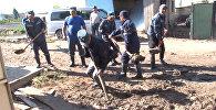 Спасатели МЧС лопатами убирали грязь после селя в Чолпон-Ате