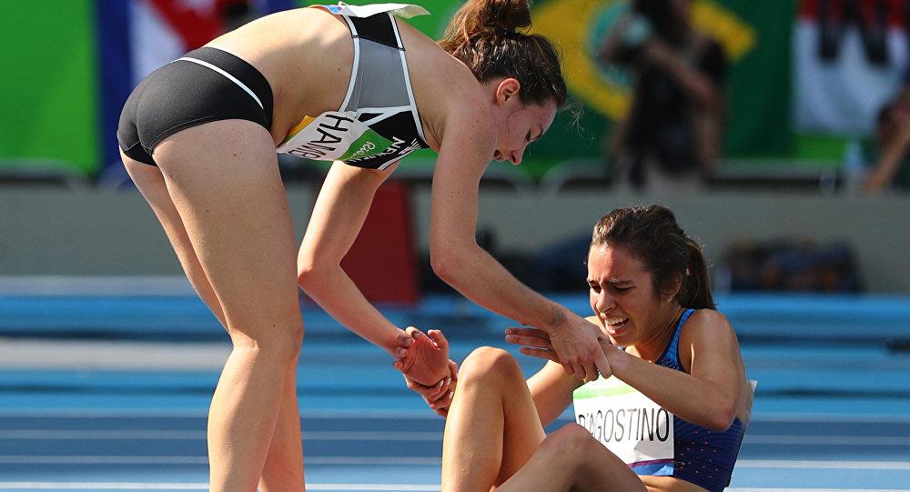 Новозеландская бегунья остановилась, чтобы посодействовать упавшей сопернице наОИ вРио