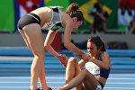 Легкоатлетка из Новой Зеландии Никки Хамблин и американка Эбби Д'Агостино во время забега в 5 000 метров на XXXI летних Олимпийских играх в Рио-де-Жанейро