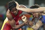 Борец в вольном стиле из Кыгызстана Айсулуу Тыныбекова во время схватки с соперницей из Бразилии