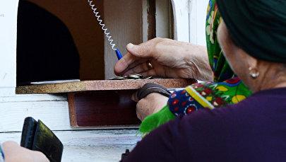Пожилая женщина получает пенсию. Архивное фото
