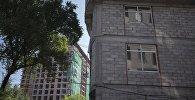 Окна многоэтажного дома во время строительства в Бишкеке. Архивное фото