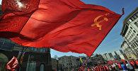 Участники шествия в с флагом СССР. Архивное фото