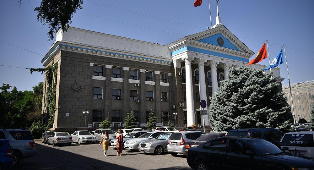 Люди у здания мэрии города Бишкек. Архивное фото