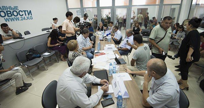 Журналисты и эксперты на круглом столе по вопросу внесения поправок в Конституцию