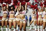 Девушки-черлидеры во время футбольного матча НФЛ против Хьюстон Тексанс в Калифорнии