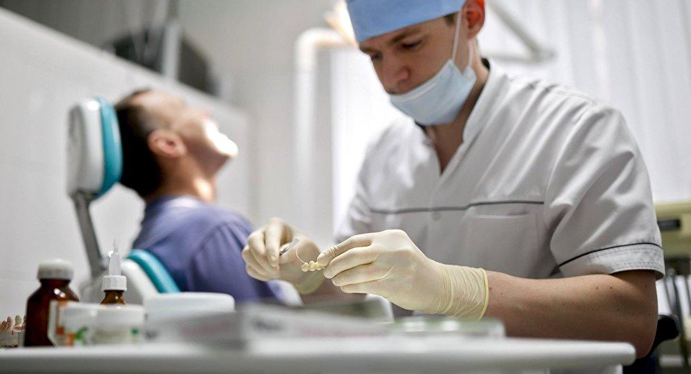 Врач стоматолог во время работы. Архивное фото