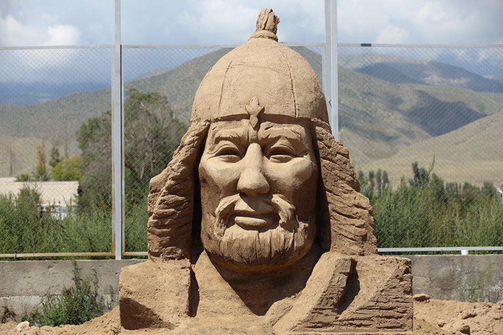 Скульптура Манаса из песка