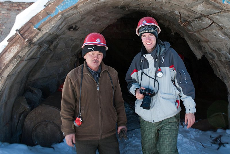 Болгарский фотограф Юрий Боянин с шахтером близ Каракола