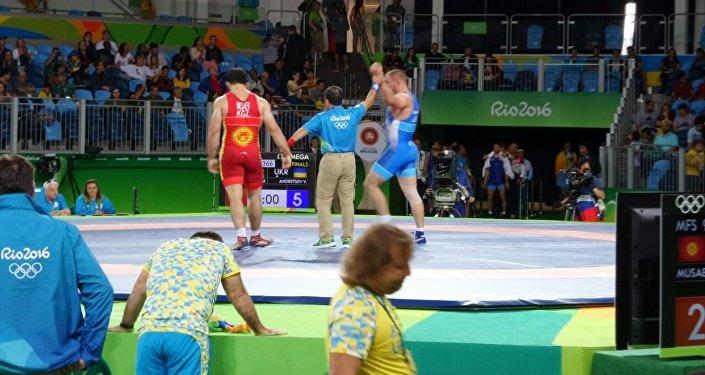 Эгерде Валерий Андрейцев финалга чыга турган болсо, биздин спортчу Мусаев жооткотуучу беттешке чыгууга укук алып, коло медаль үчүн күрөшөт.