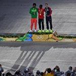 Жөө күлүктөрдү сыйлоо салтанаты. (солдондон оңго) Фейисе Лилесе (Эфиопия) - күмүш медаль, Элиуд Кипчоге (Кения) – алтын медаль, Гален Рапп (АКШ) – коло медаль