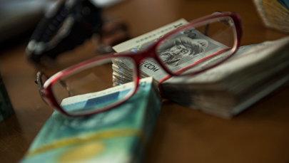 Национальная валюта и очки. Архивное фото