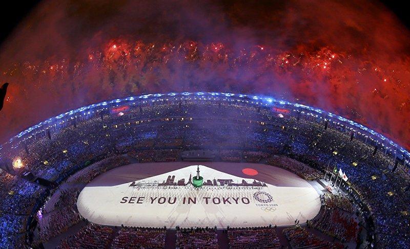 Салют над стадионом Маракана во время церемонии закрытия XXXI летних Олимпийских игр.