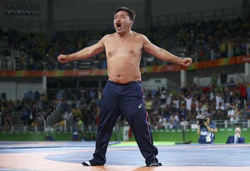 Тренер монгольского борца Мандахнарана Ганзорига, который разделся прямо на ковре, недовольный решением судей