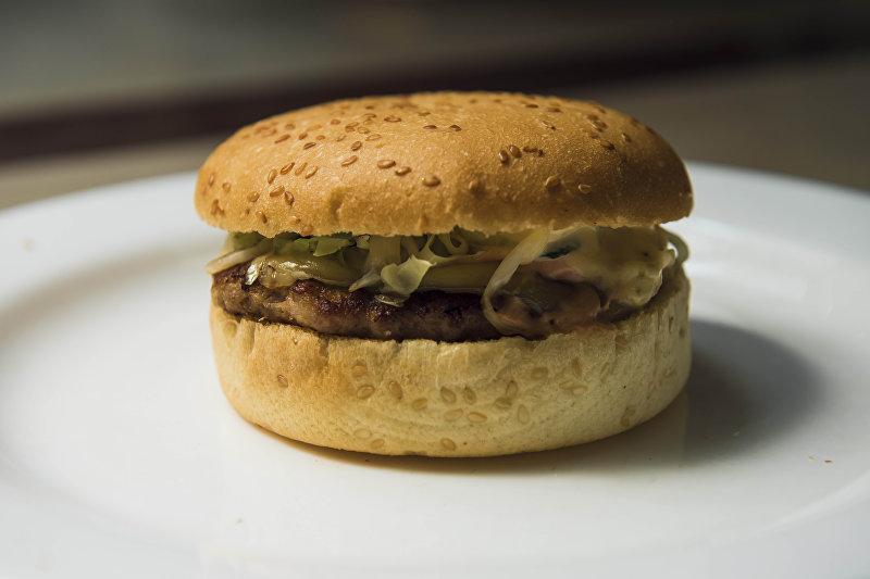 Бургер с сыром и котлетой