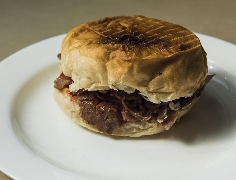 Чизбургер с нарезной говядиной и свежими овощами