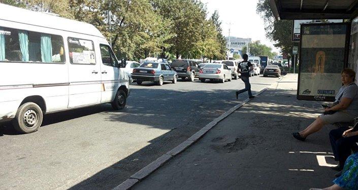 Автомобильный затор возник на проспекте Чуй и улице Киевской в Бишкеке