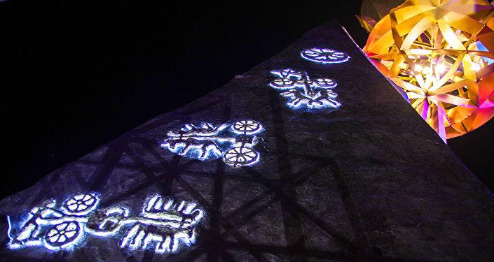 В отделке комплекса впервые использованы петроглифы (саймалуу таш), которые дополняют ансамбль стилизованных гор Аска-Таш