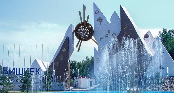 Заново изготовлена надпись Бишкек и установлена на металлической структуре высотой 1,5 метра, в ночное время она освещается прожекторами и стробоскопами.