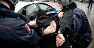 Россиянын полиция кызматкерлери шектүүнү кармоо учурунда. Архивдик сүрөт