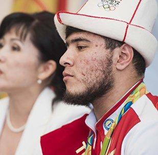 Архивное фото участника олимпиады, тяжелоатлета Иззата Артыкова