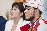 Архивное фото участников олимпиады, тяжелоатлета Иззата Артыкова