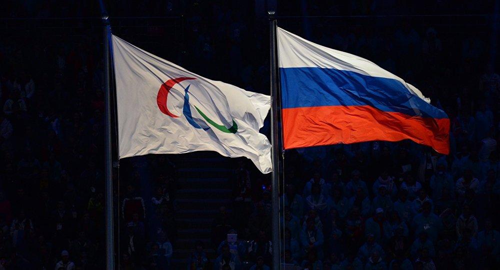 Паралимпийский флаг и национальный флаг России. Архивное фото
