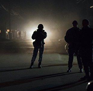 Сотрудники правоохранительных органов во время операции по поиску подозреваемых. Архивное фото