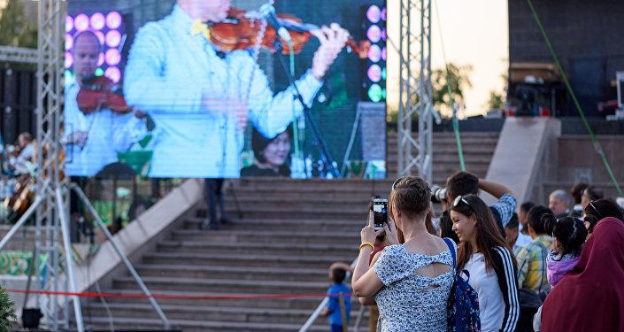 Перед зрителями выступили президентский камерный оркестр Манас и более десятка именитых исполнителей классической музыки из Кыргызстана и западных стран