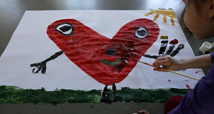 Девочка рисует сердце. Архивное фото