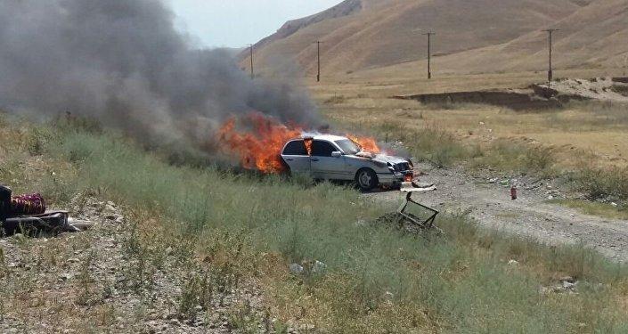 Автомобиль марки Mercedes Benz горит у трассы Бишкек — Ош